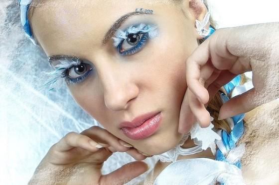 Алые губы и голубые глаза на фоне льда