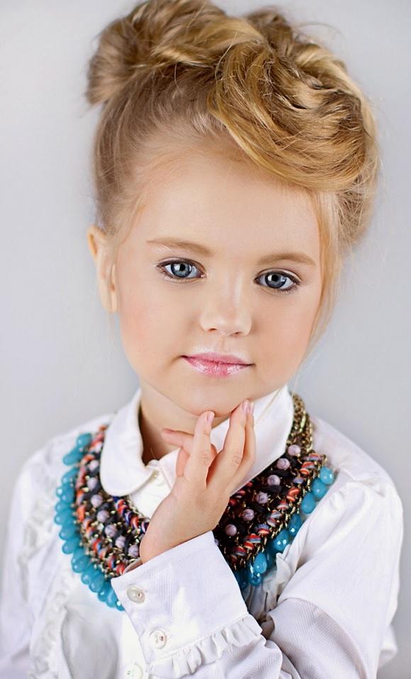 Девочка с ожерельем