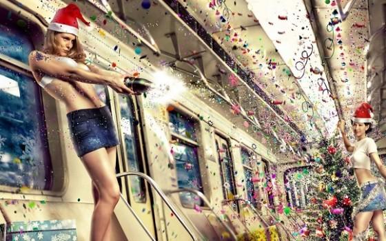 Девушки встречают Новый Год в вагоне поезда