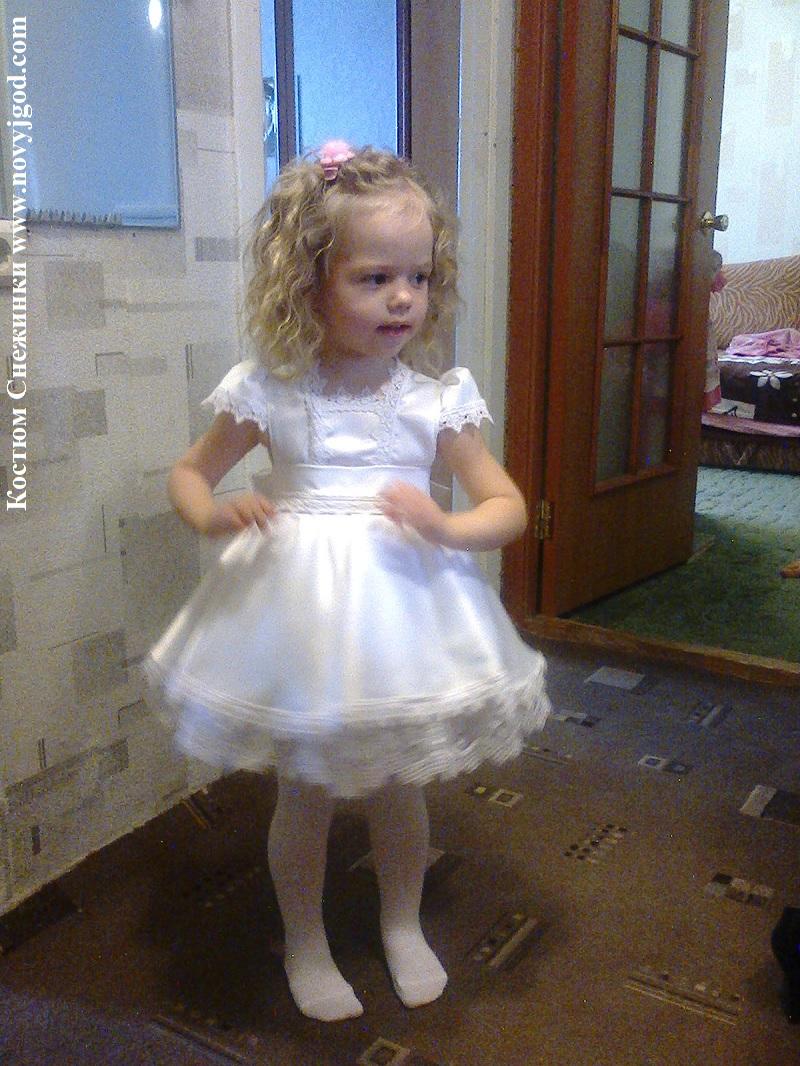 В новогоднем костюме для девочки сшитом своими руками очень трудно остаться незамеченной