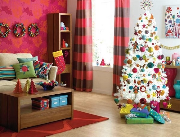 Разных цветов маленькие подушки отлично вписываются в интерьер комнаты и придают ей особый шарм
