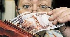 Женщина в очках достает деньги с кошелька