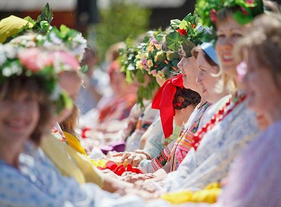 Девушки и женщины одели венки на головы